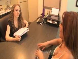 نيكي فيراري فرتس أثناء مقابلة العمل